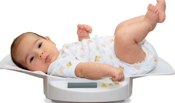 ¿Cuánto peso debe ganar el bebé cada mes?