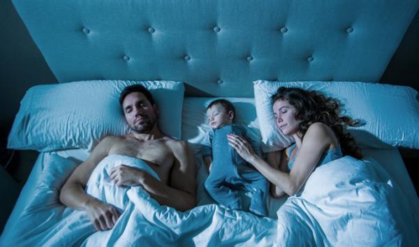 """Los bebés """"deben dormir en la cama de la madre hasta los 3 años"""""""