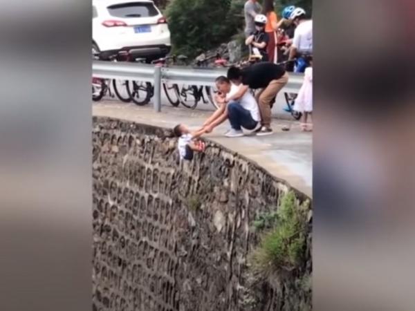 Un padre arriesga la vida de su hijo para hacerle una foto en el borde de un precipicio
