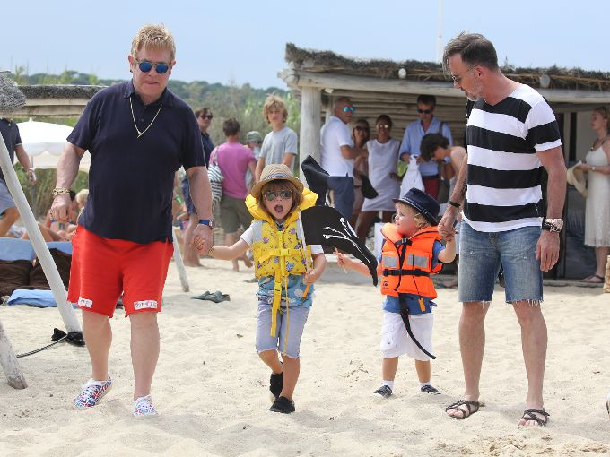 Elton John y David Furnish con sus hijos, Zachary y Elias / Gtresonline.