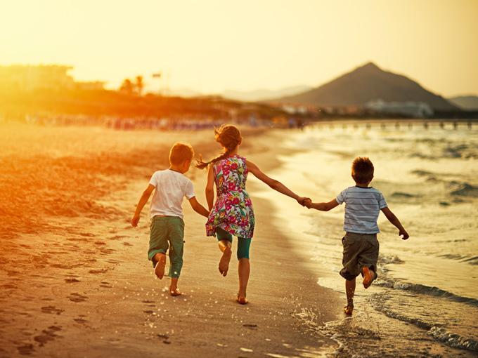 niños corriendo playa