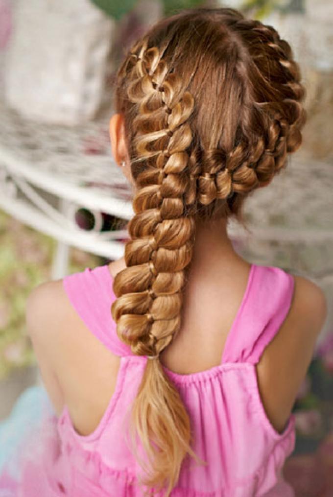 Nena de cabello corto se deja coger en el suelo - 3 6