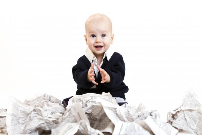 Jugar con papeles con el bebé
