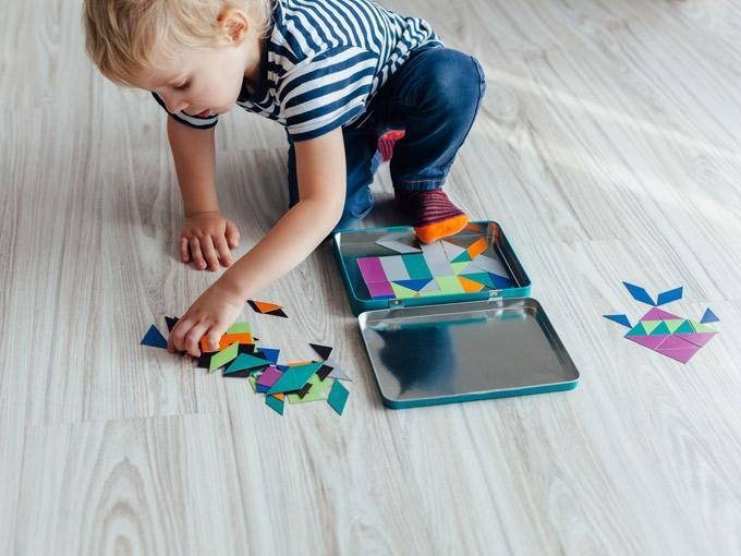 niño haciendo puzzle