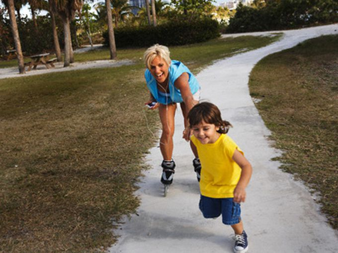 En los ratos libres, ¿suele jugar de forma activa (practicando actividades físicas, andando, corriendo, saltando, etc.) en el barrio, en la escuela, en el parque?