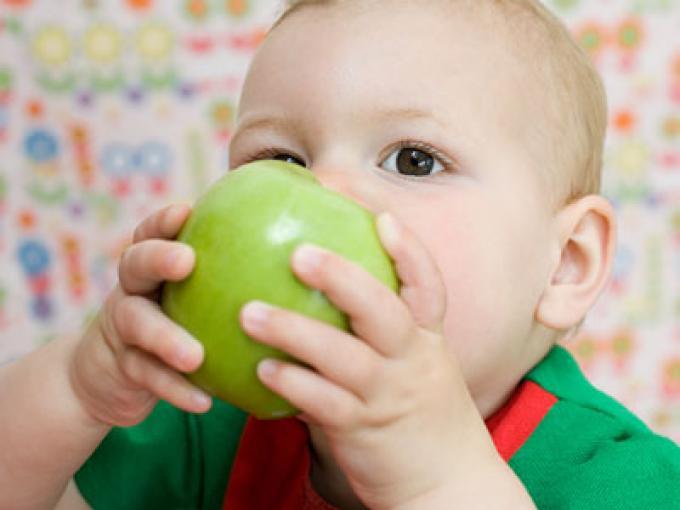 ¿Cuántas raciones de fruta y verdura tienen que tomar los niños de un año al día?