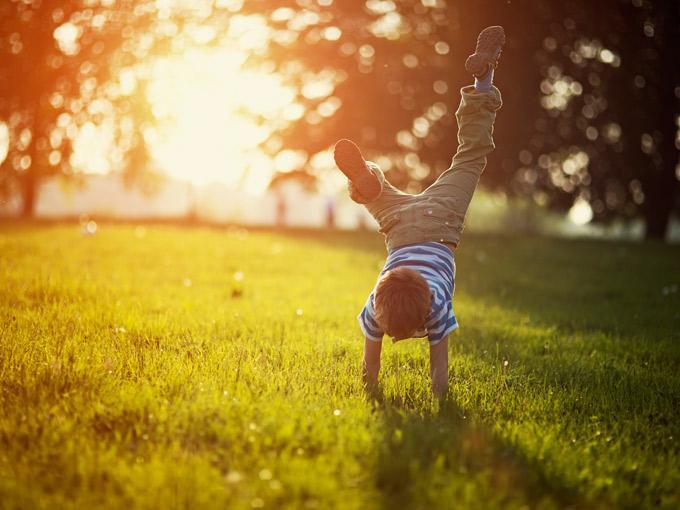 niño haciendo el pino