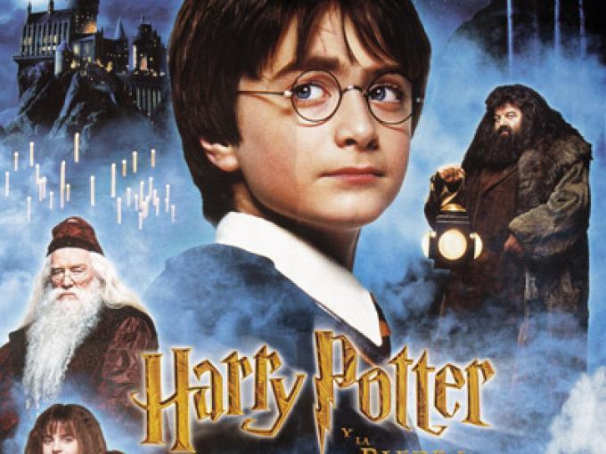Durante su primer año en Hogwarts, Harry Potter pasa la Navidad en la escuela, sin  embargo, recibe un regalo ¿qué es y de quién?