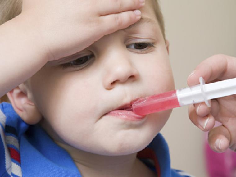 Cómo dar las medicinas a niños pequeños