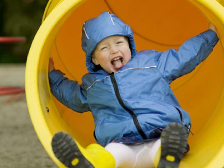 Jugar en el parque: Columpios y toboganes