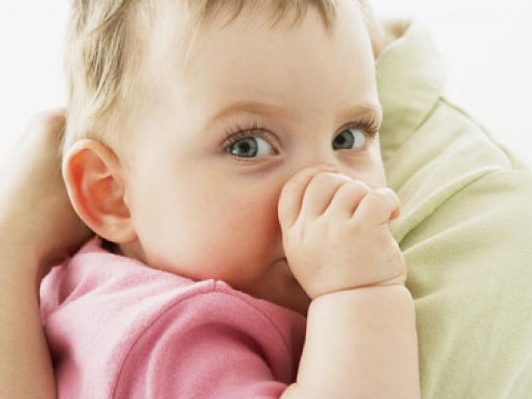 ¿Por qué mi bebé llora con los extraños?