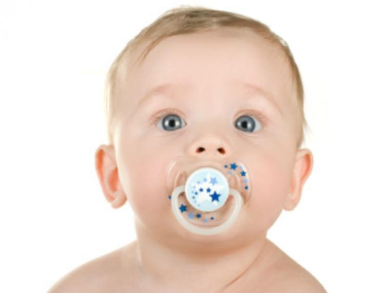 ¿Le doy chupete a mi bebé?