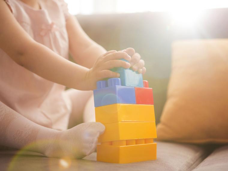 El bebé no necesita estimulación sino estímulos