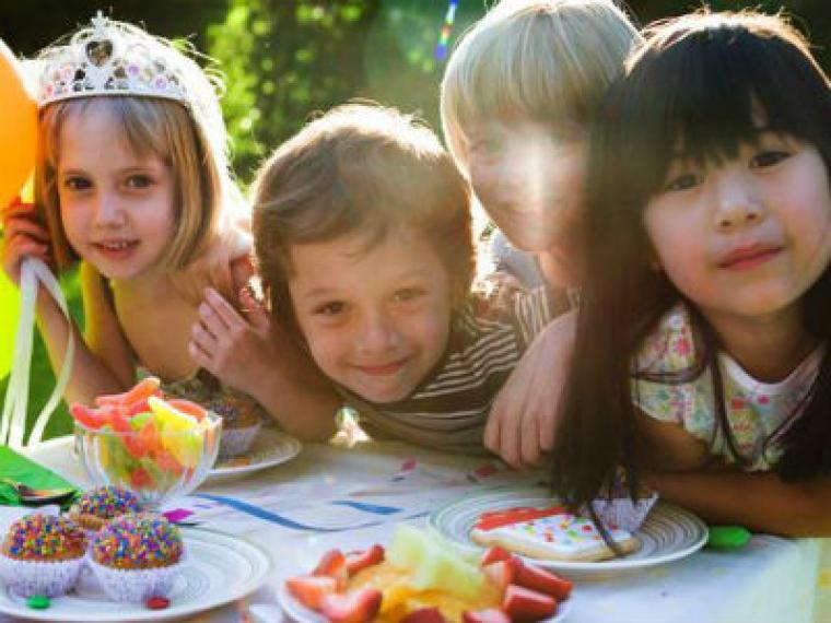 Mi hijo cumple años, ¿a cuántos niños debería invitar?