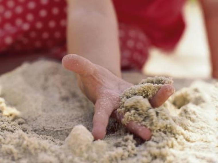 Juegos con arena para niños de uno o dos años