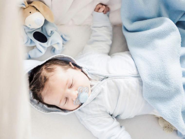 Bebé durmiendo con chupete