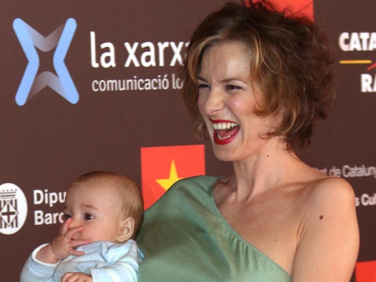 La actriz Mercé Llorens con su hijo Bru