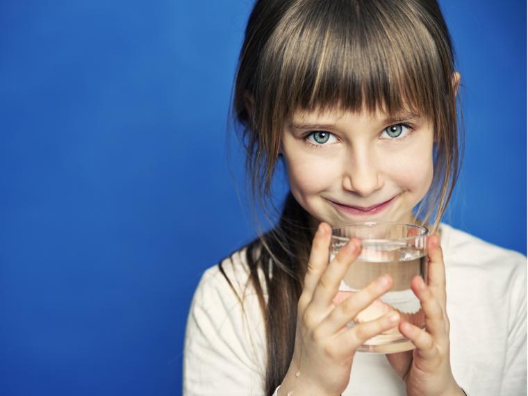 ¿Cuánta agua deben beber los niños?