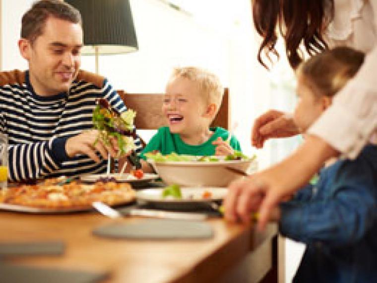 Las cenas en familia enseñan más que todos los deberes