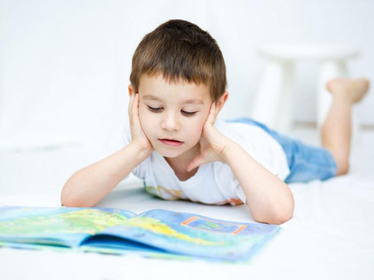 niño leyendo inglés