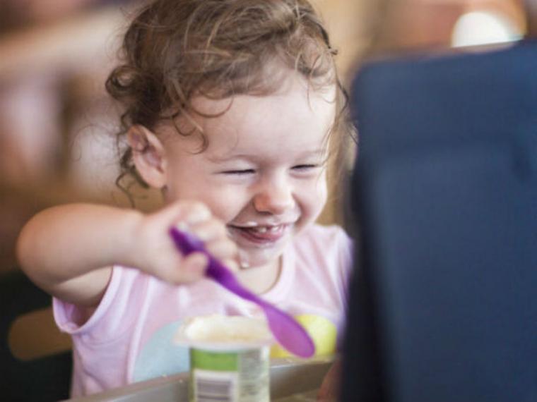 niña y tablet