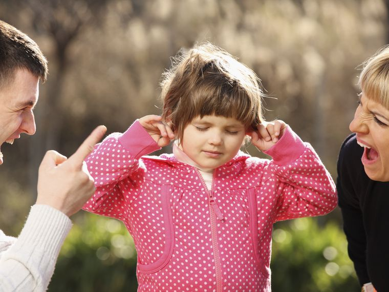 Padres gritando a su hija