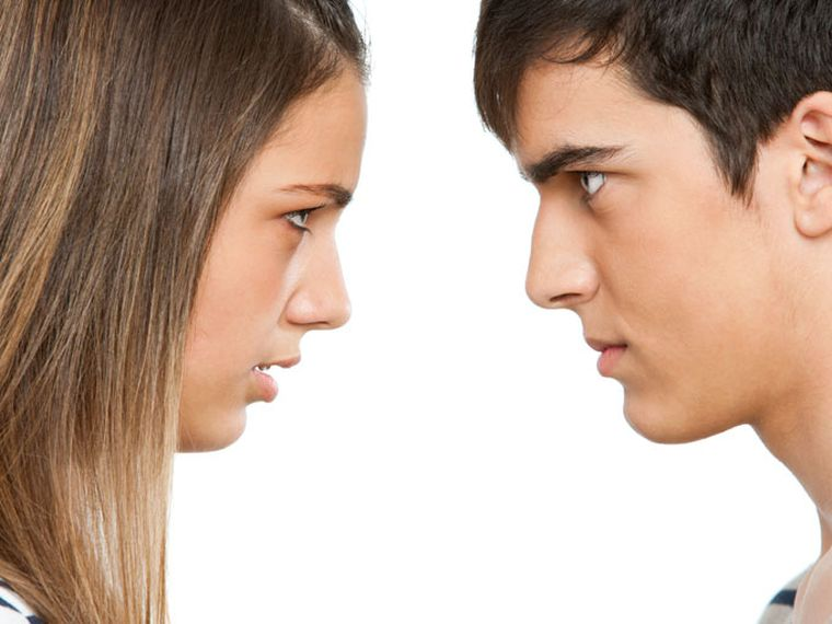 adolescentes enfrentados enfadados
