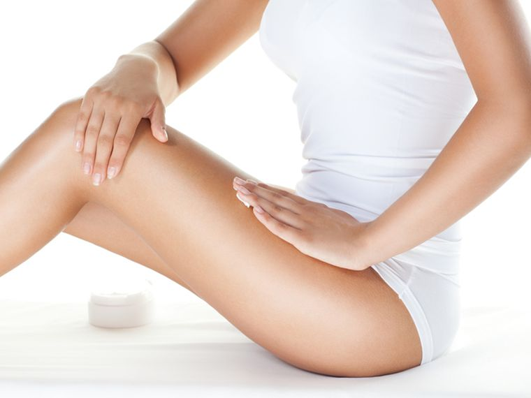 mujer piernas crema