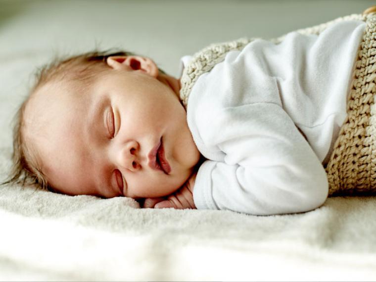 ¿Se debería dar la vuelta al bebé si se pone boca abajo mientras duerme?