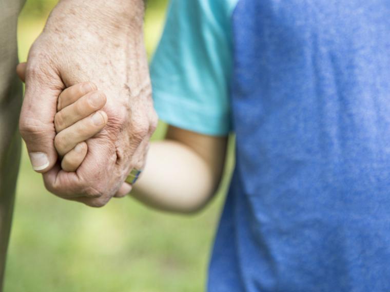 Síndrome de los abuelos esclavos: qué es y cómo se combate