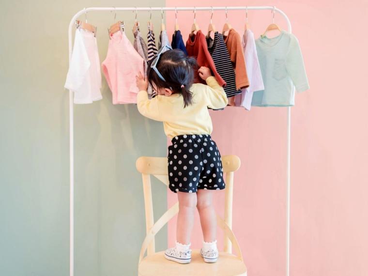 Hacer el cambio de armario junto a los niños favorece su autonomía