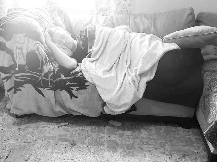 El truco viral de un padre para tener entretenidos a sus hijos mientras él duerme un rato