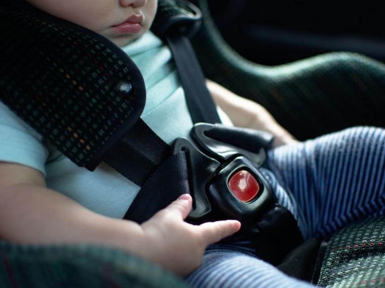 La OCU desaconseja el uso de alzadores infantiles en el coche