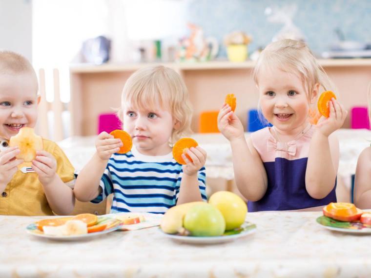 Es más probable que tu hijo coma frutas y verduras si tiene más tiempo para comer