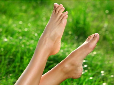 ¿Pies hinchados y doloridos? 5 soluciones para el verano