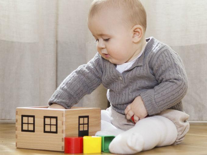 El bebé juega para descubrir el mundo