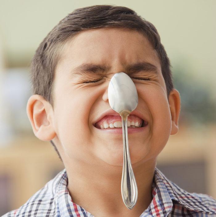 Mantener una cuchara en equilibrio en la nariz
