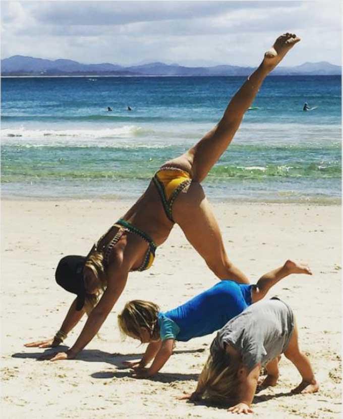 Elsa Pataky enseña yoga a sus pequeños