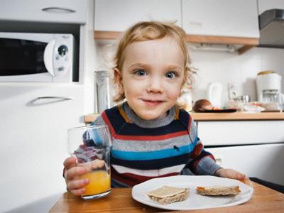 ¿Cómo deben ser el desayuno, comida, merienda y cena ideales para un niño?
